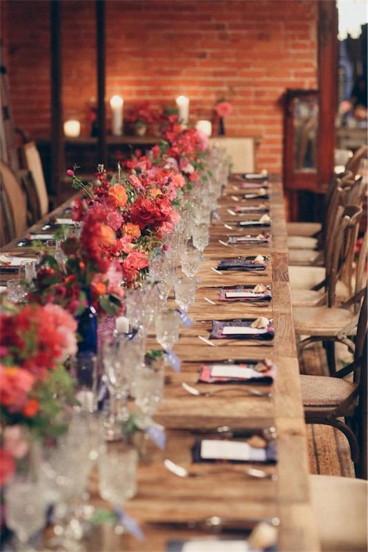mesa de maedra rustica sin mantel decorada para boda chicanddeco