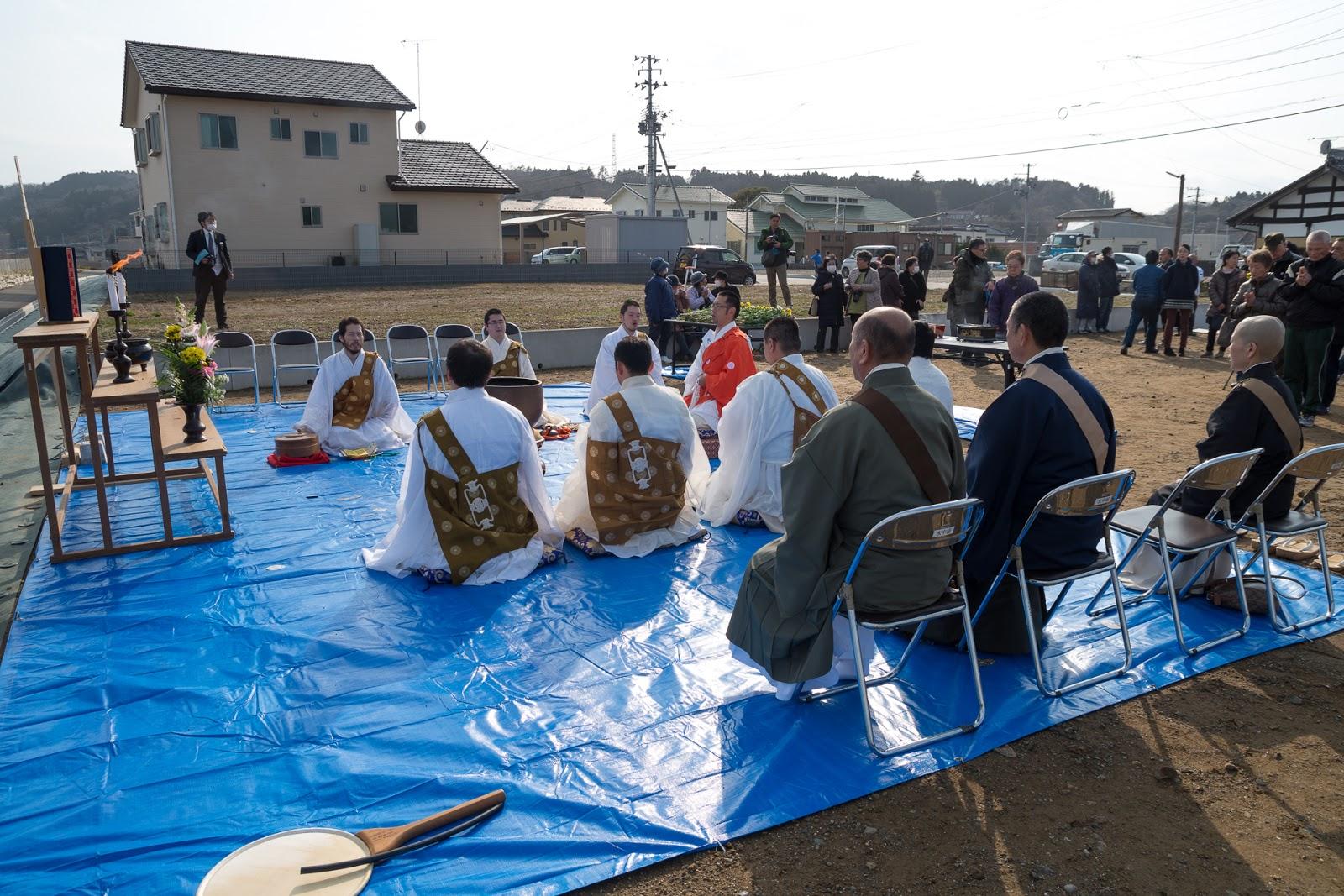 久之浜・追悼式でお経を唱える僧侶たち
