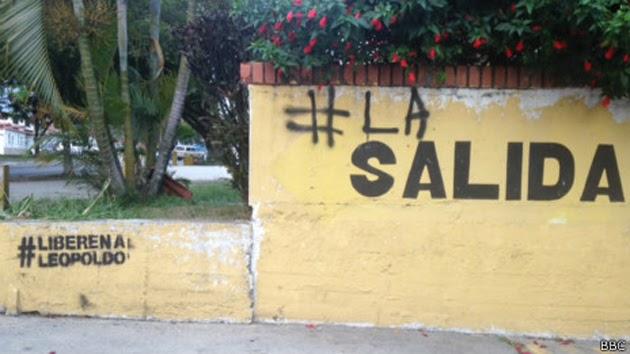 """(Caracas, 22 de marzo. BBC Mundo).- El país cumple este sábado, con una jornada de nuevas y masivas marchas tanto del oficialismo como de la oposición, 39 días de profunda tensión política. Y si en algún ámbito se puede hablar de una batalla abierta, es en el de la redes sociales: allí, a través de miles de imágenes, videos y mensajes, cada bando busca imponer su versión de la verdad. Nada más claro para ilustrar esa lucha que la llamada """"batalla de los hashtags"""", aquellas etiquetas seguidas del signo numeral que no solo le permiten al usuario monitorear una conversación"""