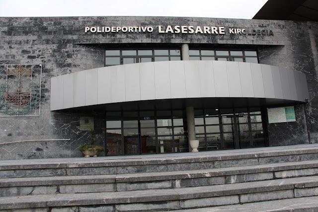 Entrada al polideportivo de Lasesarre