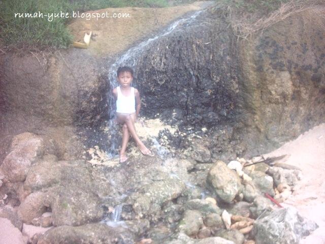 mandi di bawah air terjun mini di pantai klayar