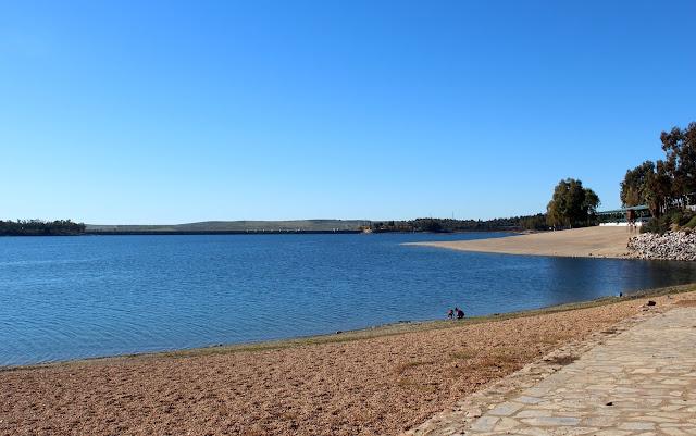 Playa de bandera azul en Badajoz. Orellana la Vieja