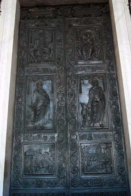 le portail central de la basilique est en bronze et date de 1455