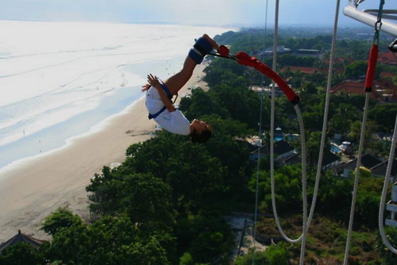 bungee jumping di pantai seminyak 2 - Kawasan Wisata Ekstrim di Indonesia yang Wajib Kamu coba
