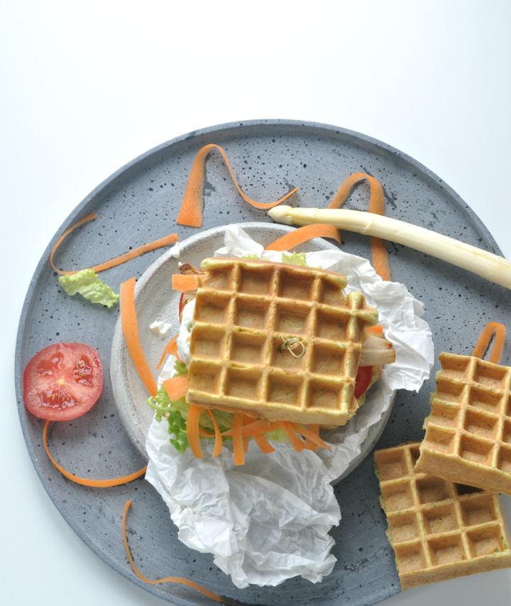 glutenfree Waffle-Sandwich with grilled asparagus und lots of herbs