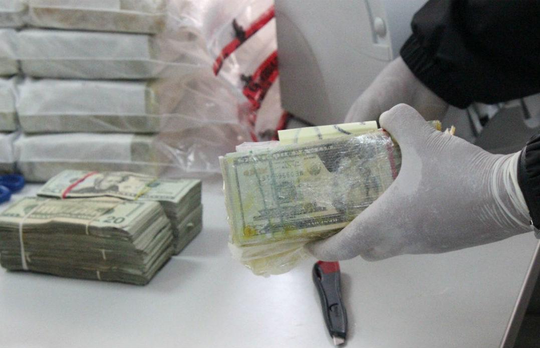 """Agentes de la AIC hallan """"crystal"""" y un millón 700 mil dólares en tres autos en la Celaya-Querétaro"""