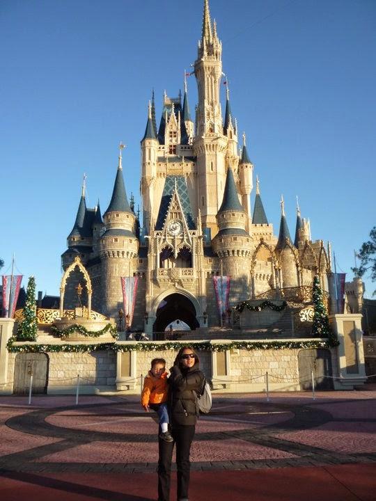 NeuroMamá Blog con su hijo frente al castillo de Disney World