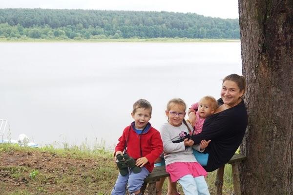 mama z dziećmi nad jeziorem, Mama potrzebuje wolnego, mama wyjeżdża
