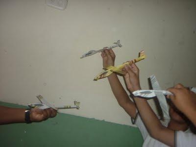 aeroplanos hechos de papel sostenidos en las manos de niños