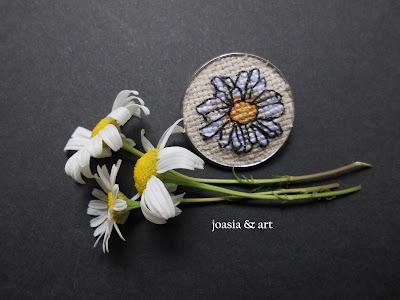 broszka z haftem kwiatu rumianka