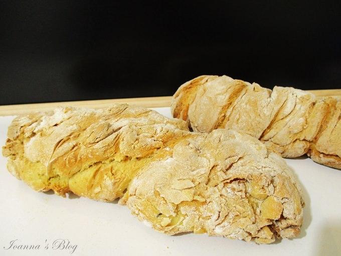2 καρβέλια στριφτό ψωμί στο τραπέζι - 2 loaves of twisted bread