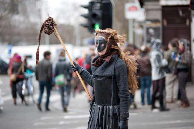 Femme masquée, manifestation