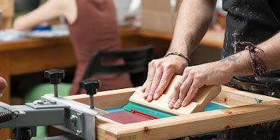 jenis macam tipe sablon manual proses produksi ciri karakteristik perbedaan kelebihan kelemahan dtg direct to garment percetakan peluang usaha bisnis tips cara membuat hasil memuaskan bagus berkualitas tinggi