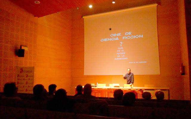 Un momento durante el taller de cine y ciencia ficción en la biblioteca de Illescas. IMAGEN COMUNICACION ILLESCAS