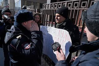 Собчак, активисты SERB и другие на пикете против депутата Слуцкого