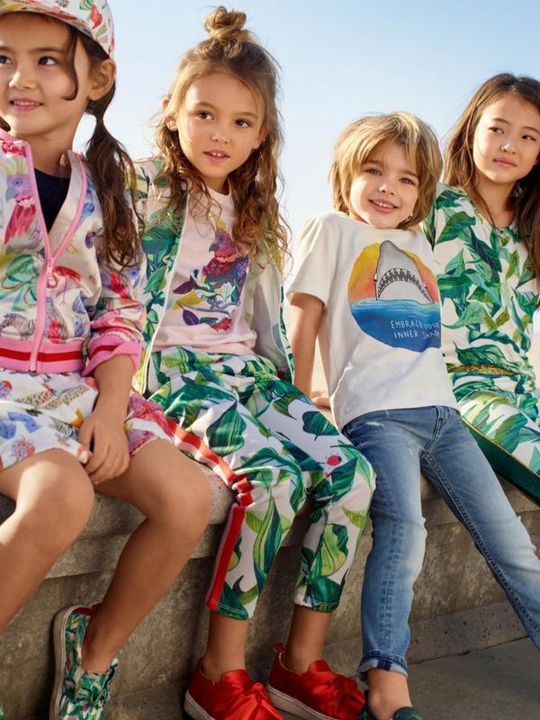 Η H&M αγκαλιάζει τα Παιδικά Χωριά SOS καλύπτοντας τις ιατροφαρμακευτικές ανάγκες όλων των παιδιών για έναν ολόκληρο χρόνο και προσφέρει έκπτωση 20% για αγορές αξίας 40€ και πάνω σε όλο το παιδικό τμήμα. Η προσφορά ισχύει από την Πέμπτη 22 Μαρτίου μέχρι και την Τετάρτη 4 Απριλίου, σε όλα τα καταστήματα με την παιδική συλλογή Η&Μ. | Ioanna's Notebook