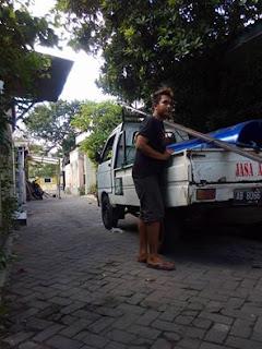 Punya garasi boleh, asal ga ganggu jalan umum kayak gini.