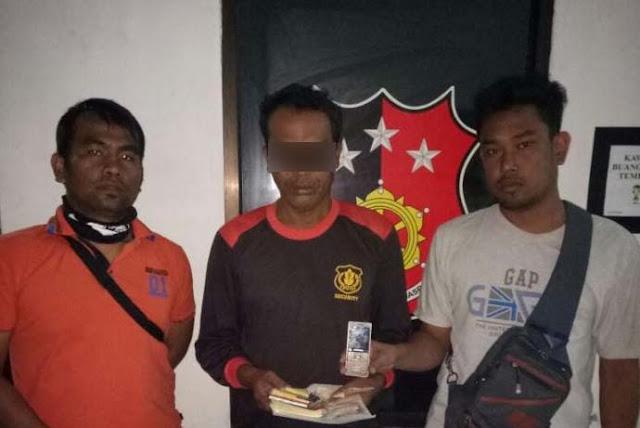 Tersangka kaki tangan bandar togel di Asahan Andrias Sembiring (tengah) saat di kantor polisi.