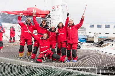 L'équipage vainqueur d'Idec Sport sur le Trophée Jules Verne