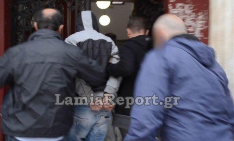 Λαμία: Με κουκούλα ο νεαρός που μαχαίρωσε στην κοιλιά τη γλυκιά Μαρία – Οργή στα δικαστήρια
