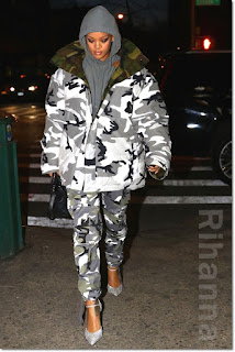 リアーナ(Rihanna)は、カナダグース(Canada Goose)のパーカージャケット、ヴェトモン(Vetements)のスウェットシャツ&パンツ、バレンシアガ(Balenciaga)のパンプスを着用。