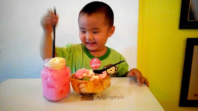 Thai Coconut Ice Cream dan Strawberry Cream Soda Float by Creamel Ice Cream