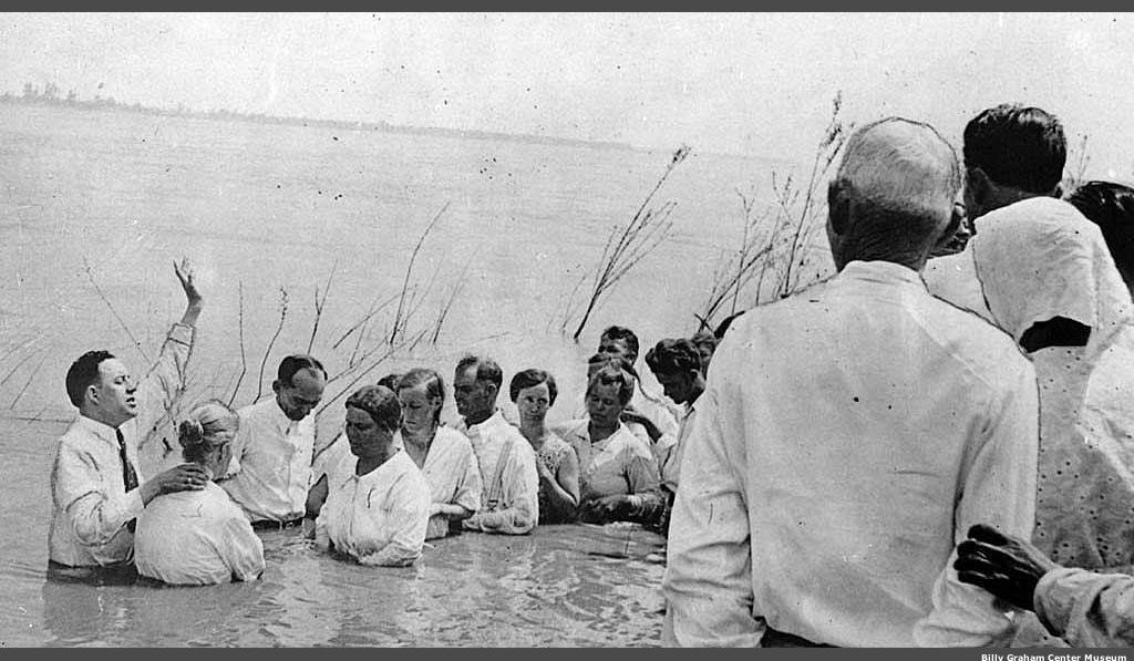 Batistas realizando o batismo nas águas