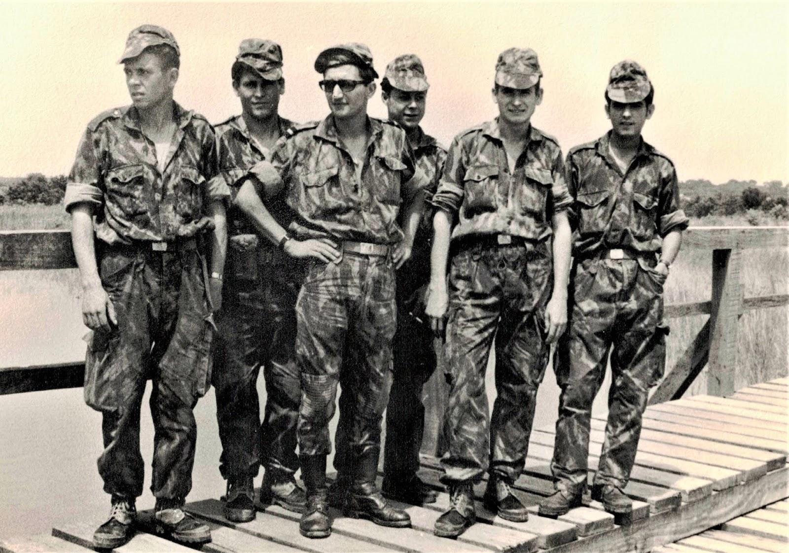 Foto nº 8   Guiné   Região de Gabu   Nova Lamego   CCS   BCAÇ 1933  (1967 69)   Novembro de 1967   O meu grupo no meio da ponte para Fá  Mandinga. d278ac7a357