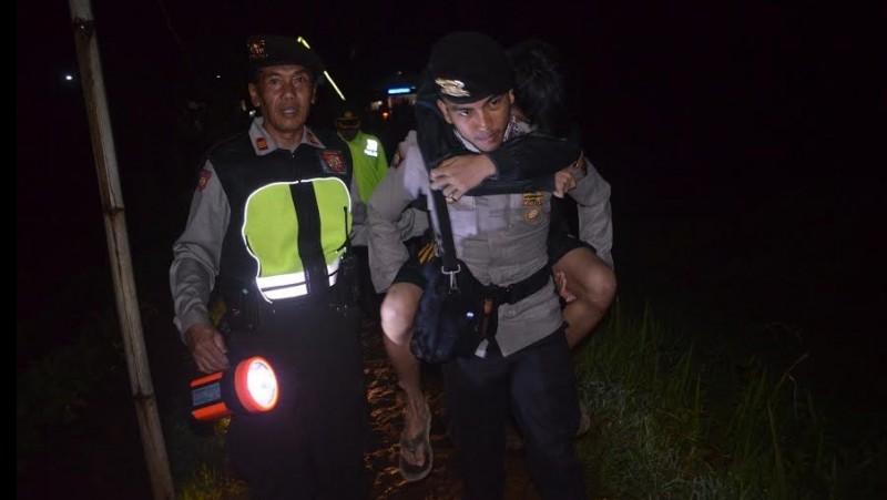 Polres Wonosobo mengevakuasi korban tersambar petir