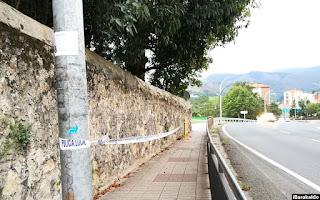 Cinta policial que limita el paso junto al muro de la finca