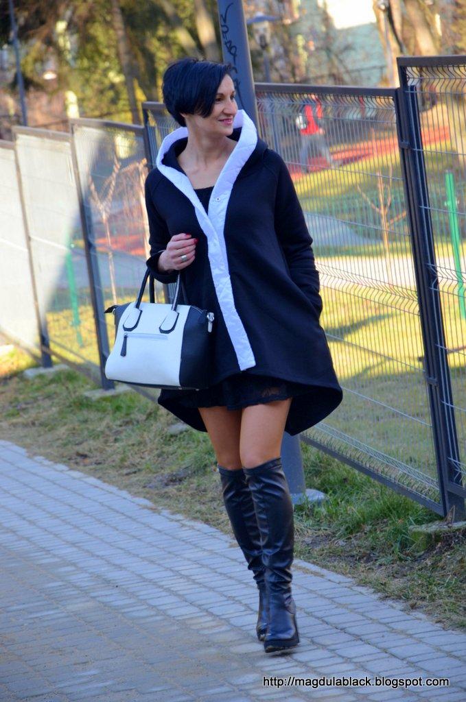 Ocieplany, dresowy płaszczyk B&W z kapturem i  przedłużanym tyłem oraz kozaki za kolano. Koronkowa sukienka idealna na Walentynki.