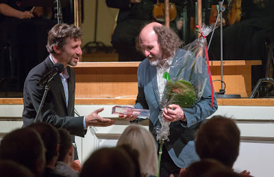 Märt-Matis Lill, presented the LHV award 'Au-tasu' to Toivo Tulev at the Estonian Music Days  (Photo Peeter Langovits)