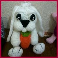 Conejo amigurumi con zanahoria