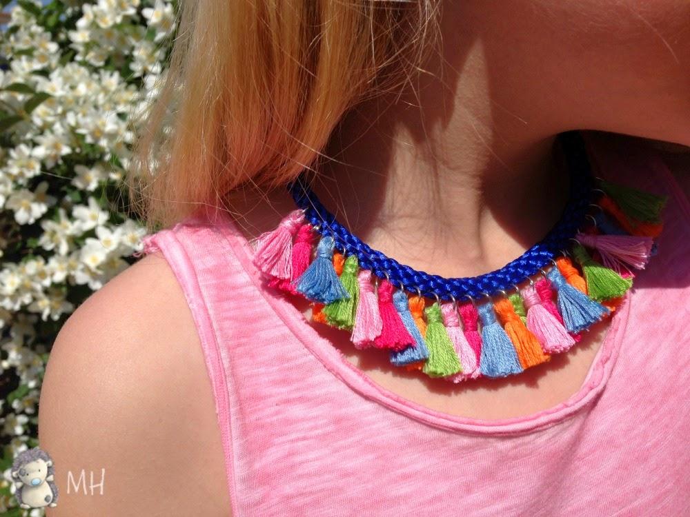 collar étnico con borlas de colores