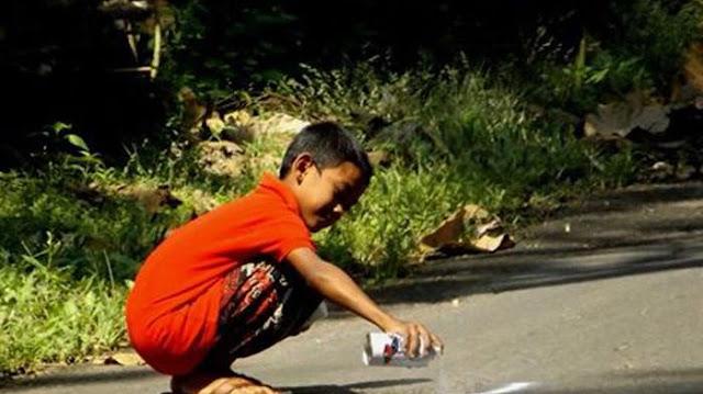 Salut! Anak Ini Ikhlas Mengecat Jalan Yang Berlubang Agar Para Pengendara Tidak Celaka