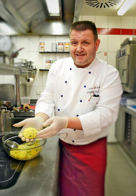 Koch Frank Aussem beim Rollen der Hünsrücker Kartoffelklöße.
