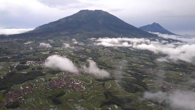 Gunung merbabu dan merapi dilihat dari puncak gunung andong