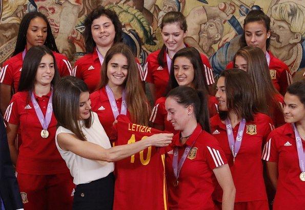 Queen Letizia met National U-17 women's soccer team. Queen-Letizia wore BOSS High Waist Wide Leg Pants