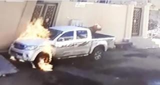 شاهد بالفديو شخص يحرق سيارة مركونة والنيران تشتعل بيده