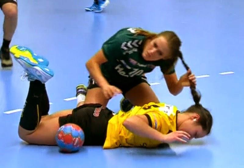 jugadoras necesitan ayuda para desenredarse - handball