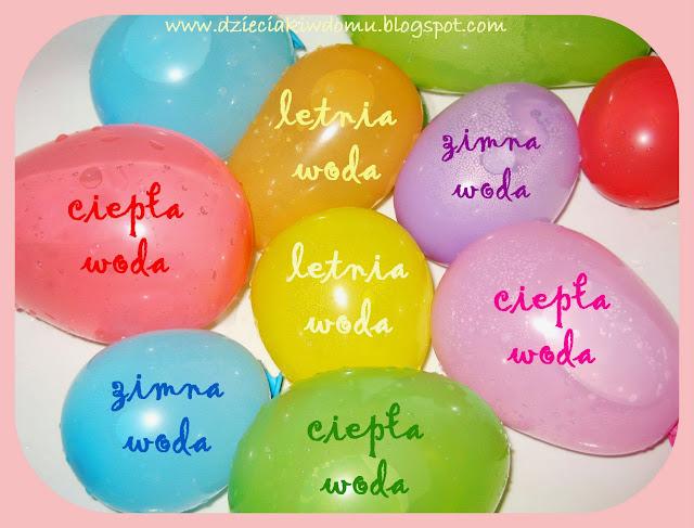 zabawa sensoryczna w wannie z balonami na wodę