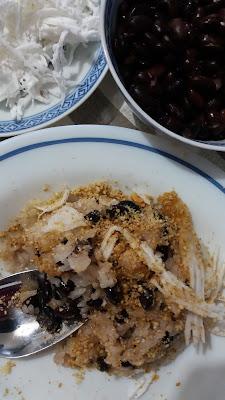 """Riz gluant aux haricots noirs; """"Xôi đậu đen"""" Délicieuse recette végétarienne : riz gluant et haricots noirs,saupoudré de gomasio au sésame torréfiée,ainsi que de filaments de coco frais râpé!"""