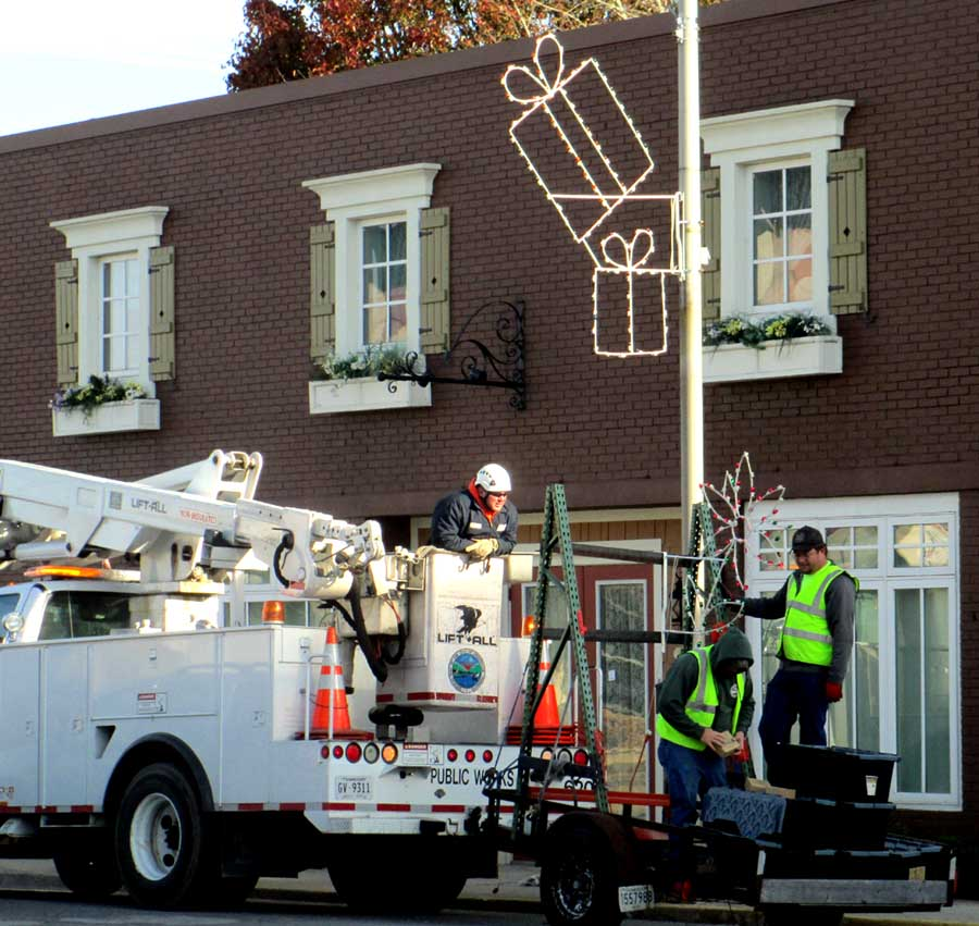 Jim young reporter crossville christmas lights going up for Park place motors crossville tn