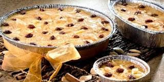 Sudah seperti yang kita tahu, klapertart adalah kue khas Manado dengan bahan dasar tepung terigu, susu, kelapa, telur dan mentega. Klapertart termasuk salah satu kue yang mempunyai kalori tinggi, jadi emang gak cocok dinikmati saat kita sedang berdiet. Nah, jika kita mau menikmatinya dikala diet, kita bisa mengganti beberapa bahan dengan lemak rendah kalori dan pemanis yang rendah kalori juga. Resep adonan klapertart ini merupakan pengaruh saat zaman kependudukan Belanda di Manado. Membuat klapertart ada beberapa teknik, bisa di kukus maupun dipanggang. Tentu saja kalau dikukus tekstur klapertart sedikit lembut dan lembek, sedangkan kalau dipanggang bentuknya padat dan bisa dipotong. But well,…baik dipanggang maupun dikukus semuanya pasti enak ya.hihi…Berikut saya share resep klapertart dengan teknik di panggang.
