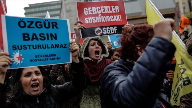 Turcos protestan en Estambul por detención de periodistas