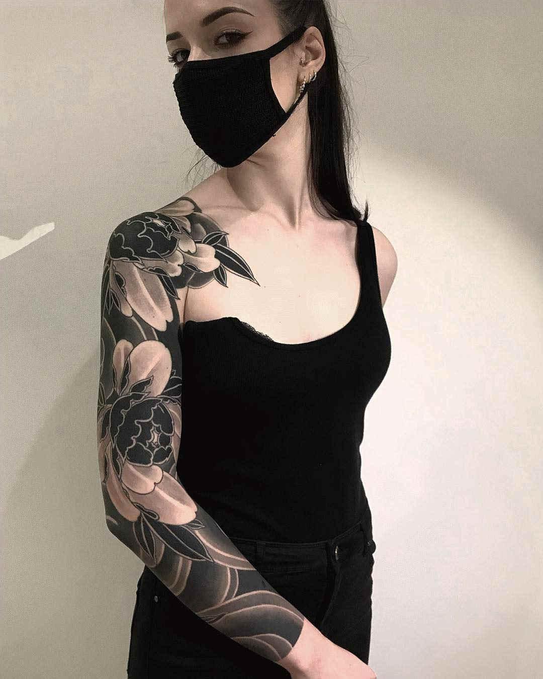 Fotografía de modelo con tatuaje en negro puro