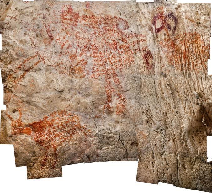 Con una edad mínima de 40.000 años, un trío de criaturas similares a vacas, que se pueden ver en el centro arriba de esta imagen compuesta, es una de las representaciones figurativas más antiguas conocidas. Foto: Luc-Henri Fage. National Geographic.