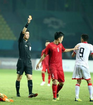 Khoảnh khắc trọng tài Trương Lôi rút chiếc thẻ đỏ cầu thủ của Bahrain mang áo số 9