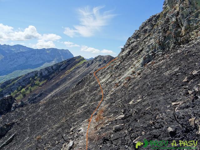 Ruta al Pierzu desde Priesca: Sendero rodeando peñasco a Cruz de Valdore
