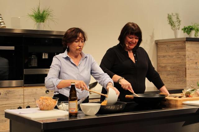 Barbara Eintopfheimat und Claudia Dinner um Acht kochen zusammen auf der Showbühne